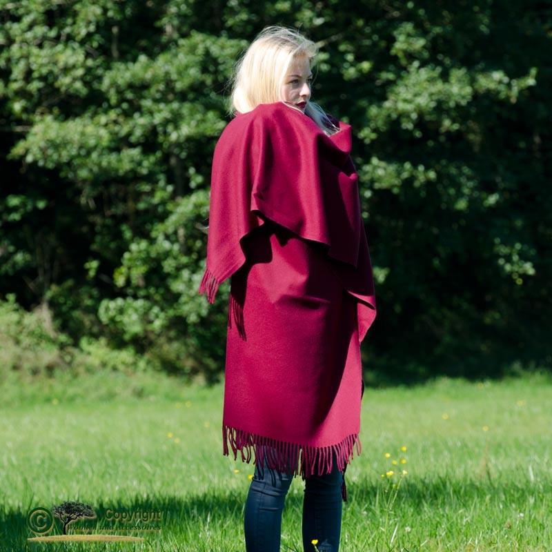 Edler Wollponcho von Steinbeck, Stola aus 100% Lammwolle ca. 130x190cm in brombeere - rot