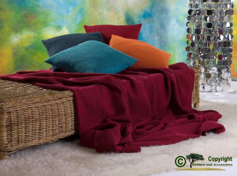 Hübsche französische Tagesdecke Maia mit toller Struktur rubinrot 260x260