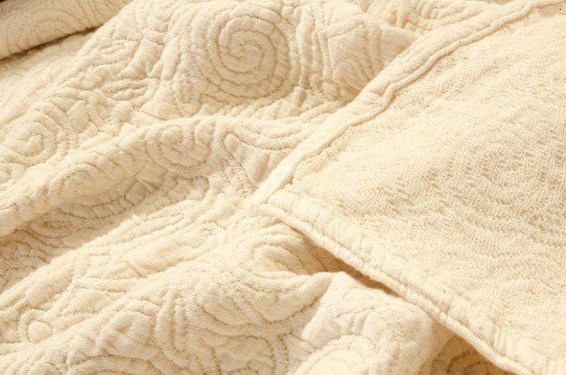 Italienische, strukturierte Tagesdecke Aramis aus 100% Baumwolle mit stilvoll eingewobenen Rankenmus