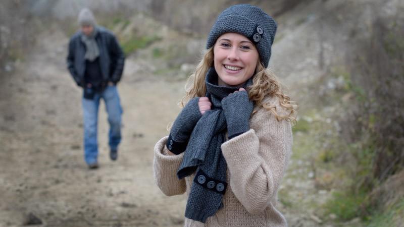 Strickschal, gestrickter Schal mit Knöpfen Possum-Merino-Seide graphit-grau