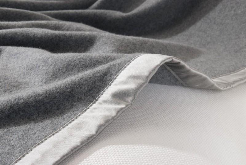 Maßanfertigung Kaschmirdecke Amalfi grau mit Seidenband für Betten ohne Fussteil