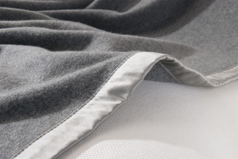 Maßanfertigung Kaschmirdecke Amalfi grau mit Seidenband für Betten mit Fussteil