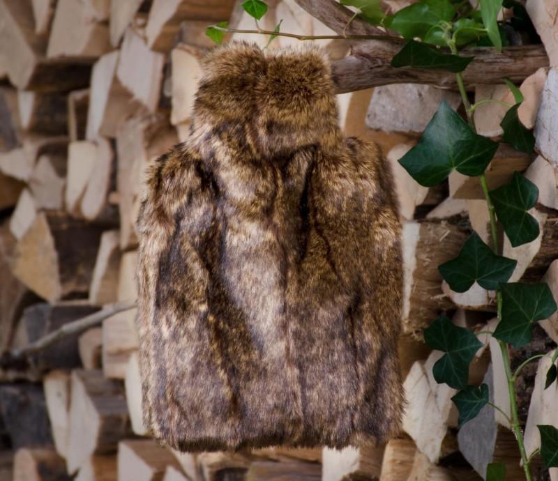 Wärmflaschenhülle aus Fell (Webpelz) Biber braun mit Naturgummi Wärmflasche