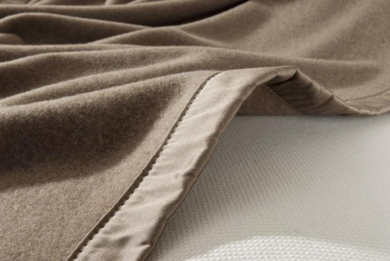 Maßanfertigung Kaschmirdecke Amalfi mongolgrau mit Seidenband für Betten ohne Fussteil