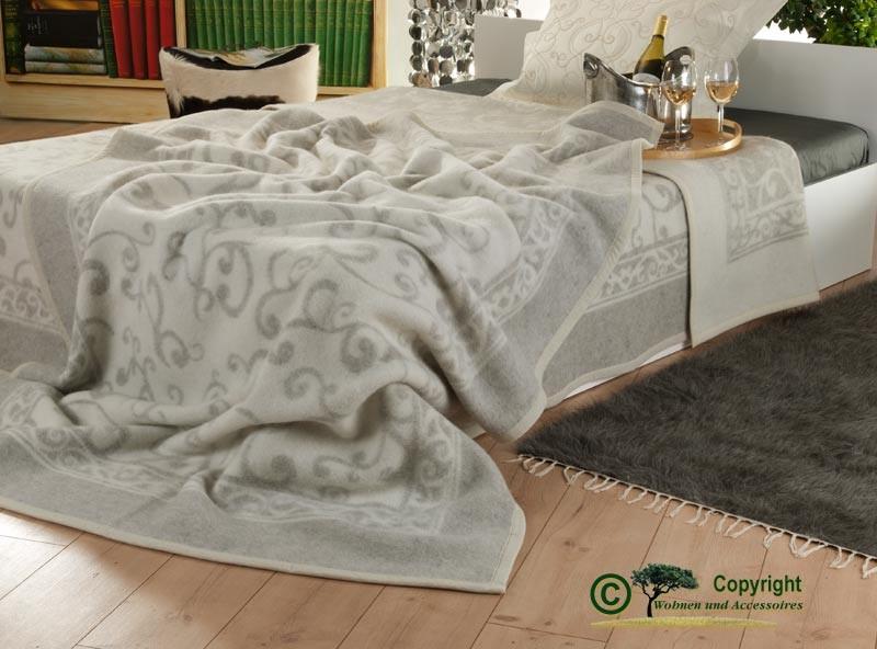 Hübsche, italienische Wolldecke aus 100% Schurwolle in grau-weiß mit Ranken-Muster 150x210cm